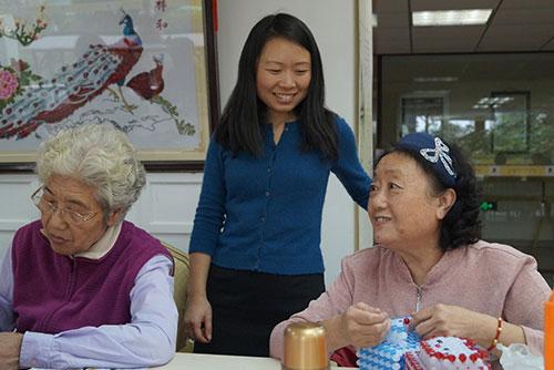 Frau Zhang (M.) mit Senioren