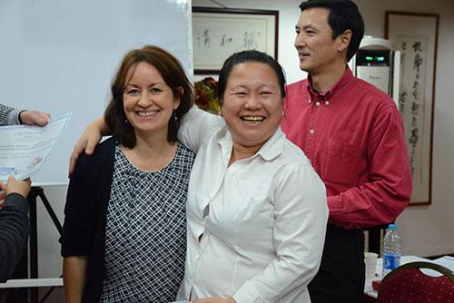 Frau Henkel (L.) mit Ch. Krankenschwester in Shanghai